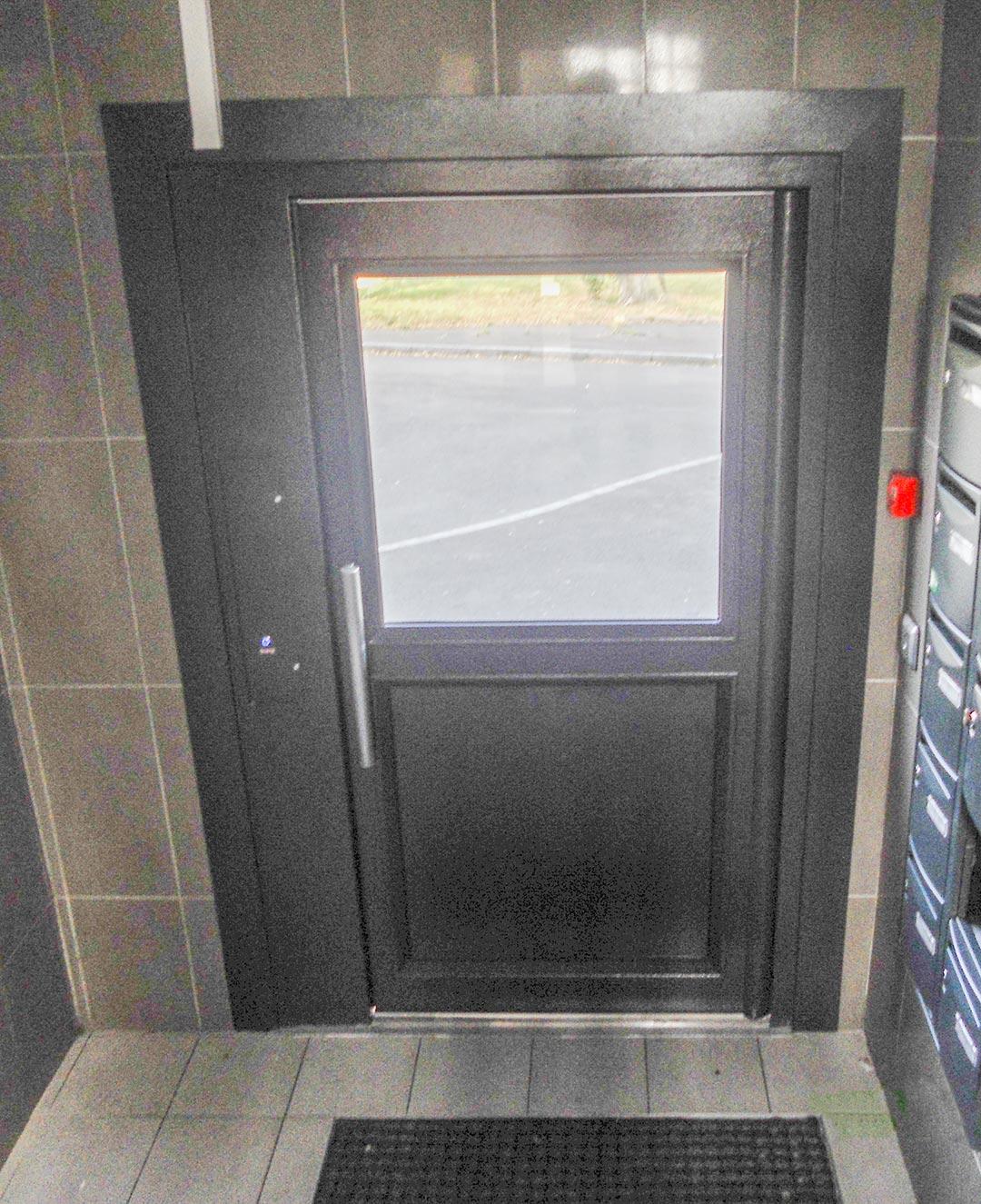 Pose d une porte d entr e d immeuble menuiserie papail et fils - Pose d une porte ...
