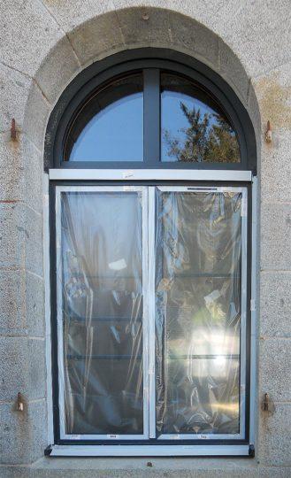 Salle des expositions, pose de fenêtres-2