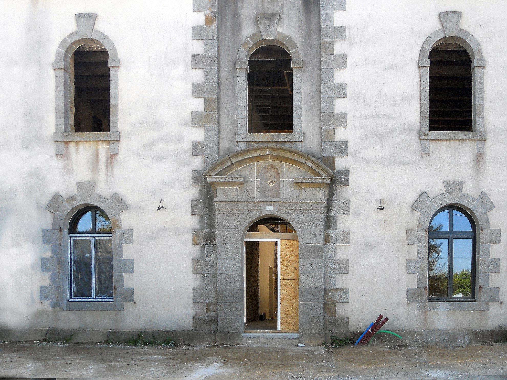 Salle des expositions, pose de fenêtres-3