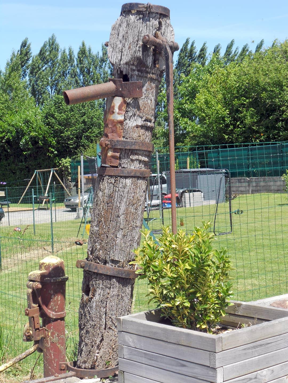 Rénovation d'une pompe en bois (avant)